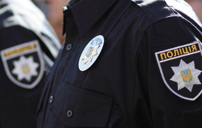 Мужчина напал на сотрудницу полиции, разбил ей нос, забрал сумку и пытался скрыться